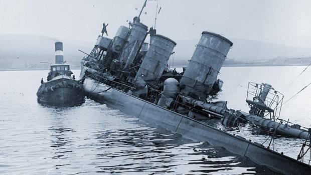 Sinkendes deutsches Torpedoboot in Scapa Flow.