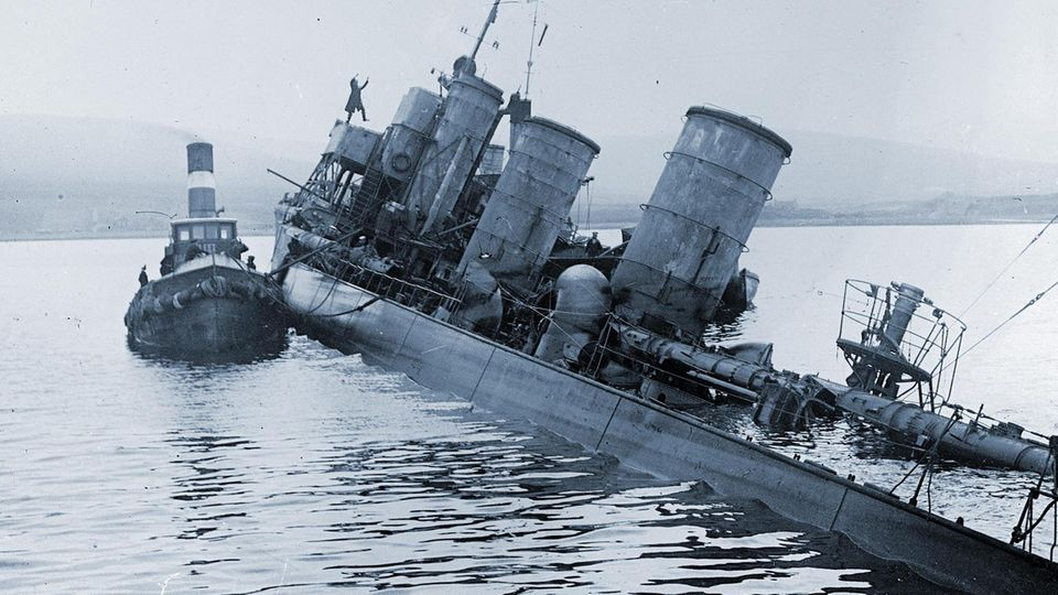 Sinkendes deutsches Torpedoboot in Scapa Flow.
