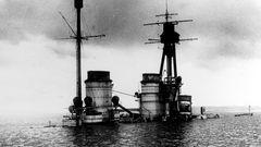 Die Aufbauten der SMS Hindenburg ragten aus dem Wasser.