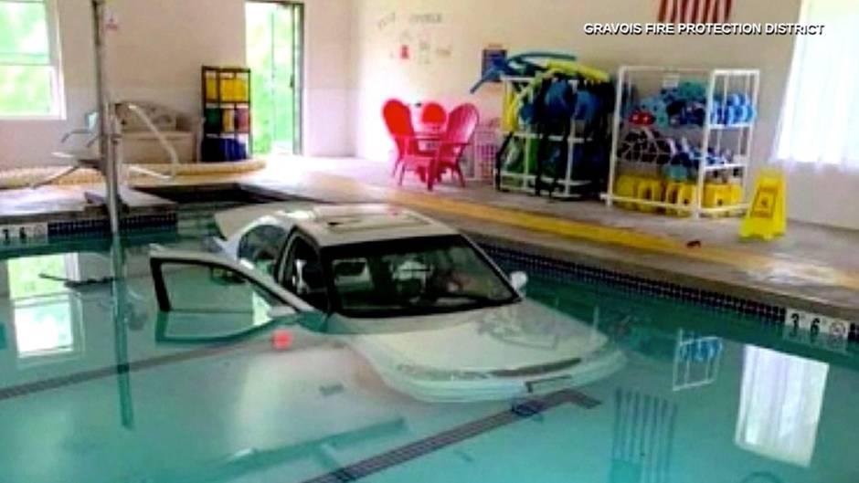 Auto geht baden: 93-Jährige fährt in Wassergymnastik-Pool – während dort gerade ein Kurs stattfindet