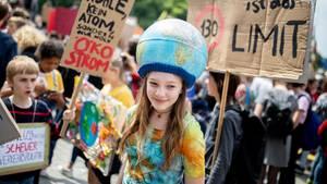 """Schülerinnen und Schüler demonstrieren mit Protestplakaten beim """"Fridays for Future""""-Klimastreik"""