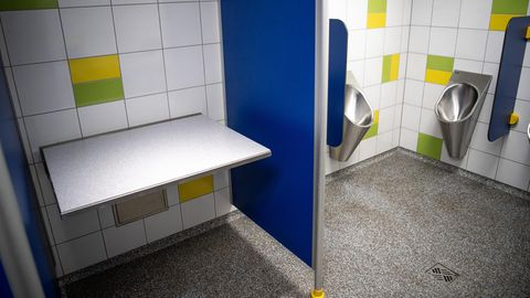 Ein Wickeltisch auf einer Herrentoilette