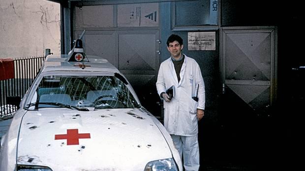 Sarajevo 1993: Notts allererster Einsatz im Krieg – und beinahe sein letzter. Den Beschuss dieses Krankenwagens überlebten er und sein Fahrer; ein dritter Mann im Auto kam jedoch ums Leben.