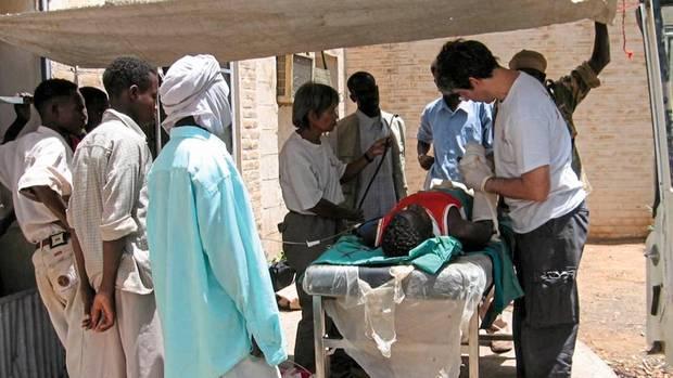 Menschen retten unter freiem Himmel: David Nott 2005 in der sudanesischen Region Darfur.Bei langjährigen Kämpfen zwischen Regierung und Rebellen starben dort Hunderttausende.