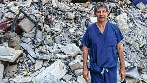 Fast wie ein Tourist zeigt sich Nott 2014 vor den Trümmern Aleppos. Das Grauen, das er erlebte, lässt ihn aber bis heute nicht los.