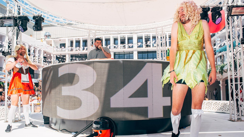 Die Fab Four:Slutty Susie im roten Kleidchen, Jonny Bongoim Gestreiften, Horny Heidi inGrün und ganz unten Henry Hoover, der heimliche Star der Veranstaltung