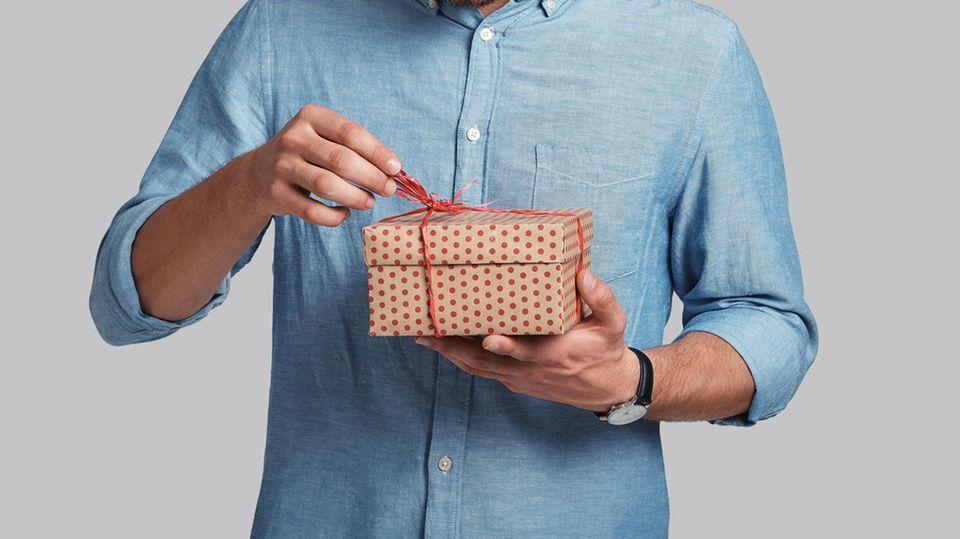 Du bist auf der Suche nach kleinen Geschenken für Männer? Hier sind sieben Ideen (Symbolbild)