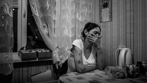 Julija hat einen 18-jährigen Sohn, der hier im Apartment ihrer Mutter wohnt.Sie selbst verbringt die meiste Zeit in der Drogenwohnung.