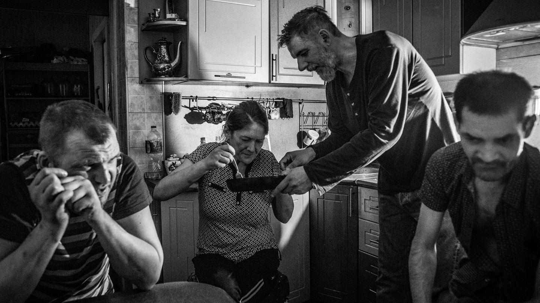 Dima bietet Julija Bratkartoffeln an. Jeden Tag hängen sie in der Küche ab, manchmal kommt auch Wanja vorbei, der mal im Drogenrausch aus dem Fenster fiel.