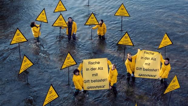 Greenpeace-Aktivisten warnten bereits 2006 vor der PFOA-Belastung des Flusses Alz bei Burgkirchen. Mehr als zehn Jahre später wies man in Blutproben von Anwohnern überdurchschnittlich große Mengen der Chemikalie nach.