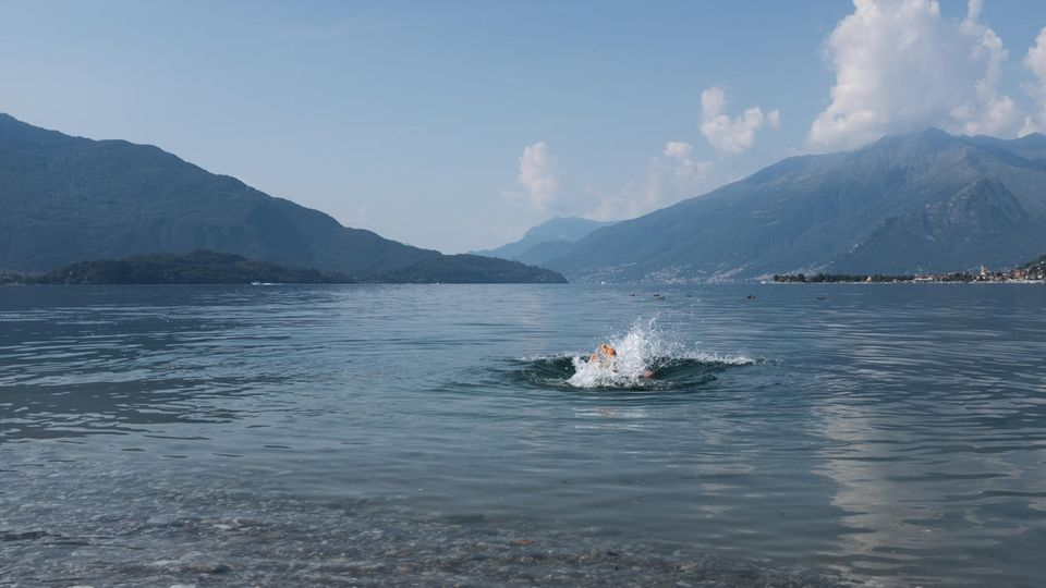 Am Ende der Tour badet Autor Uli Hauser im Comer See
