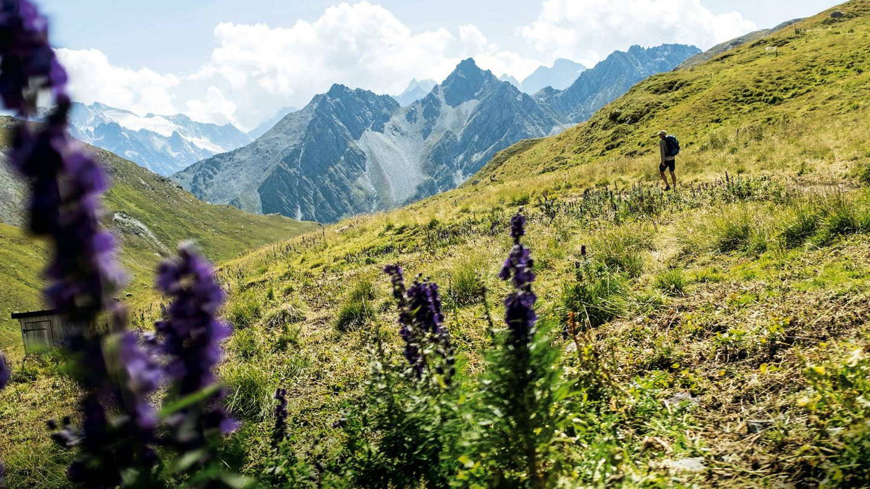 Erholung für Geist und Körper: Autor Uli Hauser genießt die Aussicht und die Einsamkeit bei seiner Wanderung durch die Schweizer Alpen