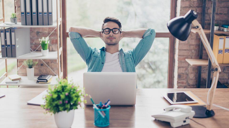 Zufriedener Schreibtischarbeiter