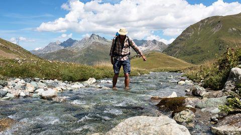 Einmal Füße abkühlen im Gebirgsbach. Der Septimerpass ist der wohl älteste Alpenübergang und führt durch wunderschöne Hochtäler.