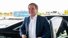 Konkurrent Armin Laschet regiert mit NRW ein starkes Bundesland, gilt als ausgleichend im Wesen, hat ein gutes Verhältnis zu den Grünen – und wartet freundlich lächelnd ab, bis die Partei ihn ruft