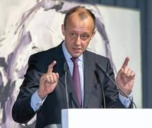 Konkurrent Friedrich Merz ist immer noch Liebling der Tief-Schwarzen. Auch wenn sich der 63-Jährige nach der Niederlage gegen AKK schnell zurückzog – er gilt vielen nach wie vor als ebenso konservativ wie brillant.