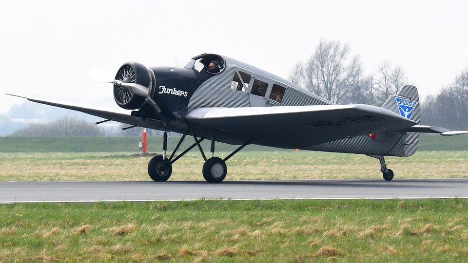 Der Nachbau der historischen Junkers F13 rolltnach seiner Landung über das Rollfeld des Flughafen Bremen