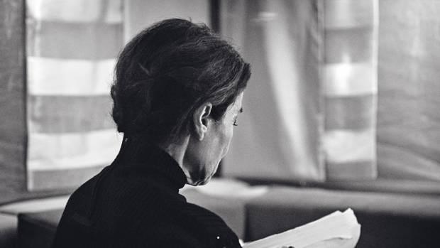 """Hannelore Elsner wurde als Hannelore Elstner 1942 im oberbayerischen Burghausen geboren und wuchs dort, in Neuötting und in München auf. Mit 17 Jahren hatte sie ihre erste Kinorolle. Sie absolvierte die Münchner Schauspielschule, trat im Theater und in Kino- und Fernsehfilmen auf. Von 1994 bis 2006 spielte sie die Hauptrolle in der ARD-Fernsehserie """"Die Kommissarin"""". Für ihre Darstellung der depressiven Schriftstellerin Hanna Flanders in Oskar Roehlers Film """"Die Unberührbare""""gewann sie mehrere Preise. Elsner starb am 21. April 2019 im Alter von 76 Jahren an den Folgen einer Krebserkrankung."""