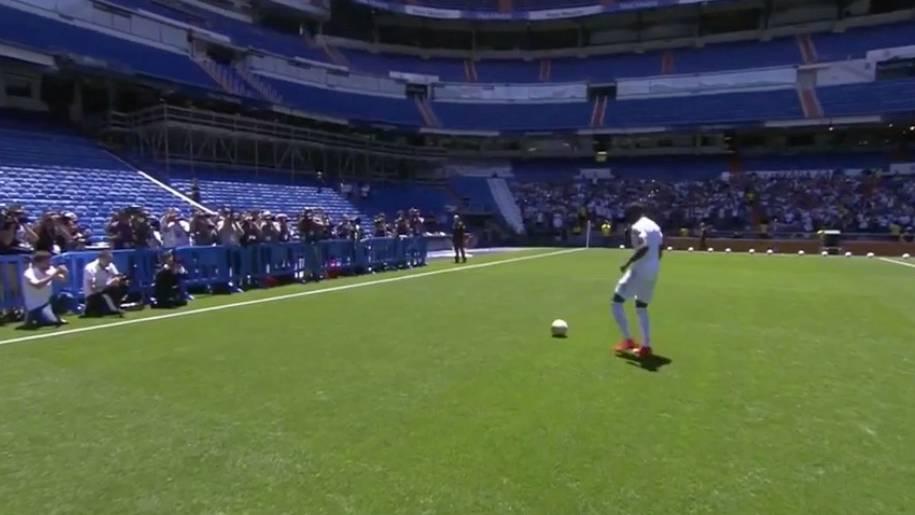 Profi-Fußballer steht vor einigen Menschn mit Kameras.