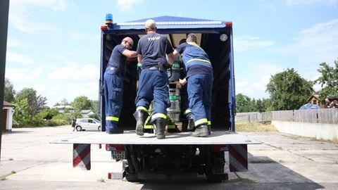THW-Mitarbeiter beim Abtransport von Bier in Ostritz