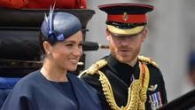 Die Herzogin und der Herzog von Sussex, Meghan und Harry, sitzen in einer Kutsche