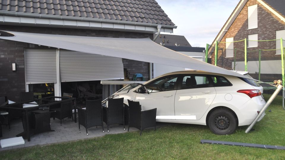 Ein Autofahrer ist in Bedburg-Hau durch einen Garten, über eine Terrasse und in die Wohnzimmerscheibe eines Hauses gerast