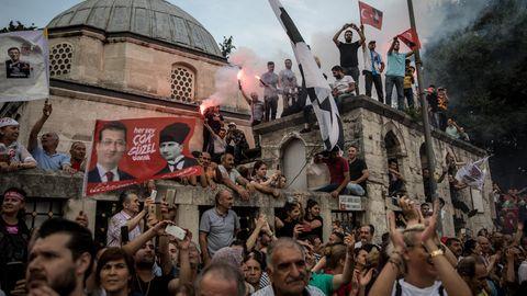 Anhänger in Istanbul hören einer Rede des KandidatenEkrem Imamoglu vor der Wahl zum Bürgermeister zu