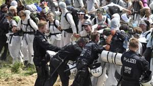 Kohlekraftwerk in Garzweiler: Klimaaktivisten durchbrechen Polizeikette