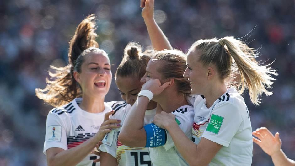 Deutschlands Spielerinnen Marina Hegering (v.l.n.r.), Giulia Gwinn, Torschützin Alexandra Popp und Lea Schüller