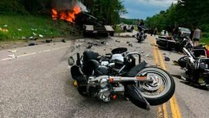 Sieben Tote bei Verkehrsunfall in den USA: Motorräder liegen auf einer Straße, der Laster ist zur Seite gekippt