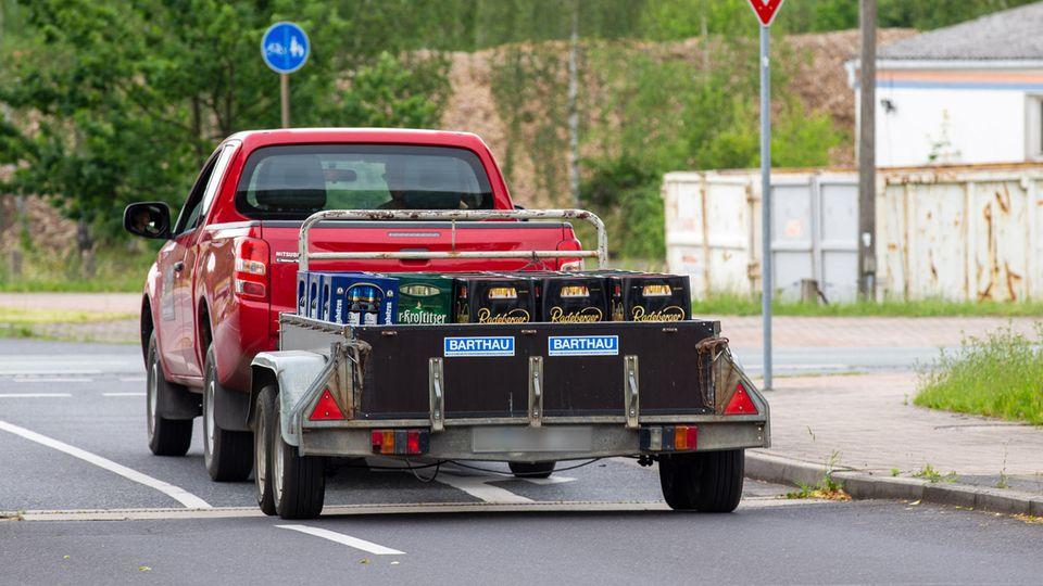 Protest gegen Neonazis in Ostritz: Das Auto fährt voll beladen mit Bierkisten davon