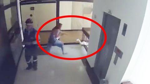 Kind stürzt kopfüber Geländer herunter – Mutter reagiert gerade noch rechtzeitig