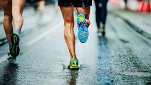 Ein Marathon Läufer von hinteh