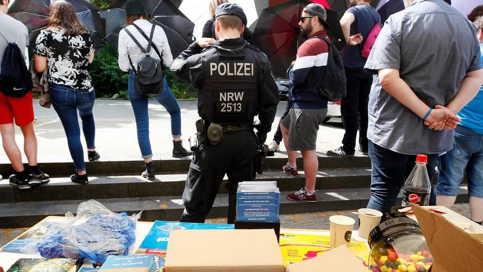 Polizei an einem Stand der AfD