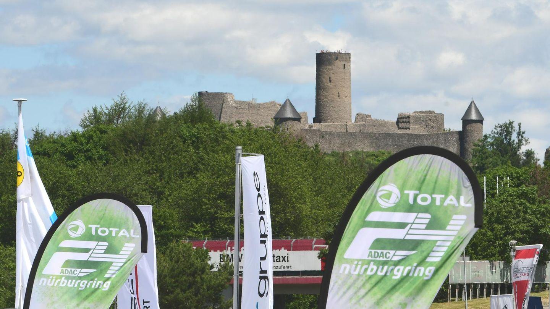 """Die Burg, die dem Rennen den Namen gibt. Das seit 1970 bestehende 24 Sunden Rennen auf dem Nürburgring, heißt jetzt offiziell """"ADAC Total 24h Rennen""""."""