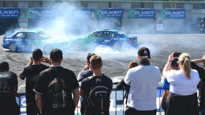 Im historischen Fahrerlager zeigten die Profi-Drifter von Falken Motosport, wie sie auf engstem Raum mit rauchenden und quietschenden Reifen ihre Runden drehen.