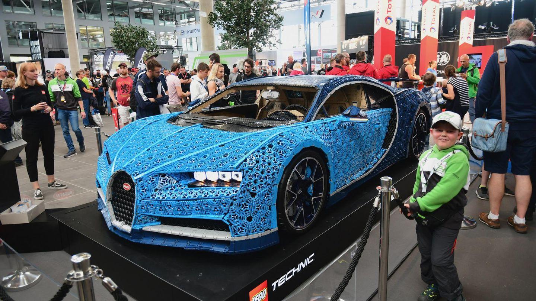 Im Ring Boulevard stand ein Bugatti Chiron - im Maßstab 1:1 aus über eine Million Lego-Technic-Elementen gebaut. Das sportliche Modell kann mit bis zu 20 Kilometer Geschwindigkeit mit eigenem Motor bewegt werden.
