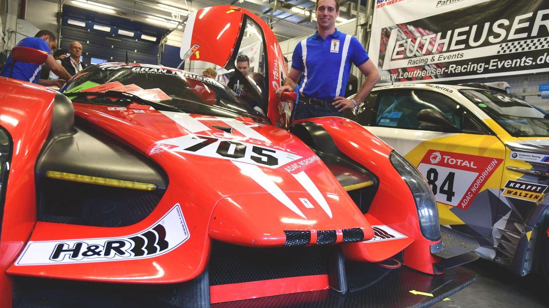Thomas Mutsch, Rennfahrer aus Bitburg, am Rennwagen der Scuderia Cameron Glickenhaus, dem SCG003c.