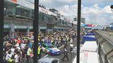 Am Samstag vor dem Rennen begann das Spektakel um die Startaufstellung. Die Fans strömten in die Boxengasse zu den Autos.