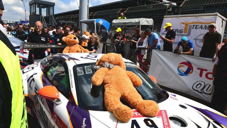Der Porsche 991 GT3 mit der Nr. 49 von rent2Drive wurde von Teddybären begleitet.