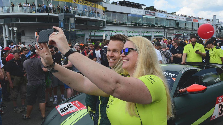 Ein Selfie mit demFahrer ChristianGebhardt vor dem Aston Martin Vantage AMR GT4 Nr. 36.