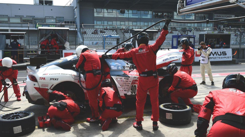 Betankung der Nr. 90 mit einem prominentenFahrer - unter dem Pseudonym Morizo , verbarg sich der Chef von Toyota, Akio Toyoda, auf dem Toyota GR Supra.