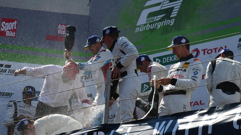 Champagnerdusche bei der Siegerehrung:das Team vom Audi Sport Team Phoenix auf dem Audi R8 LMS mit der Nr. 4 -Frank Stippler, Pierre Kaffer, Frederic Vervisch, Dries Vanthoor.