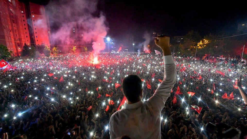 Ekrem Imamoglu (Vordergrund) vor Anhängern