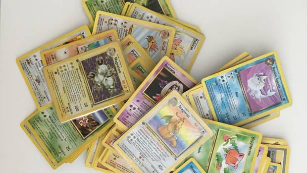 Ein Stapel Pokémon-Karten, die unsere Autorin als Kind gesammelt hat