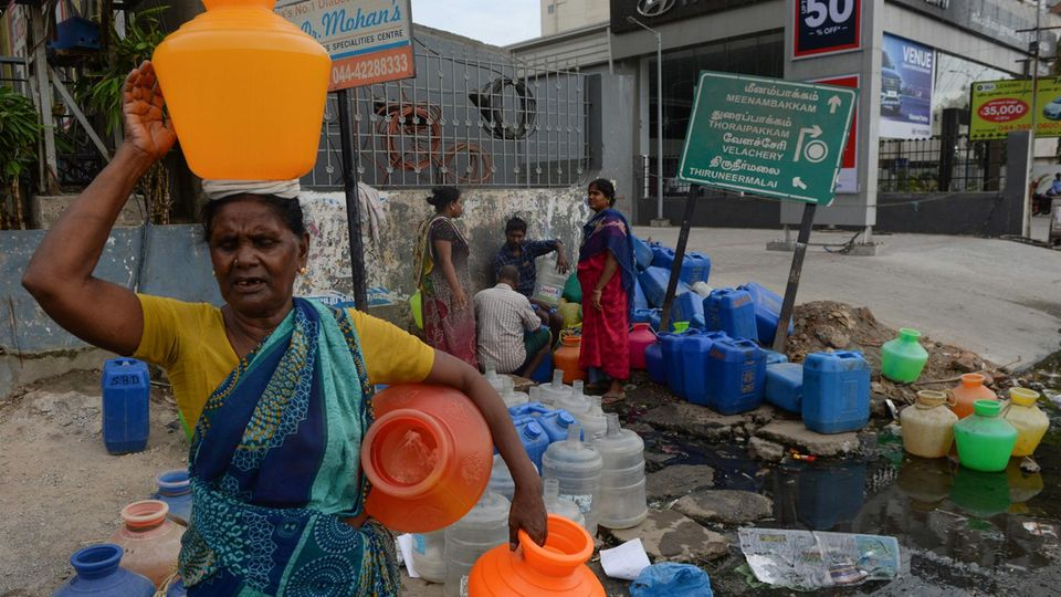 Einwohner in Chennai versuchen, an einer Ausgabestelle noch Wasser abzuzapfen. Die meisten Wasserhähne der Stadt sind bereits ausgetrocknet.