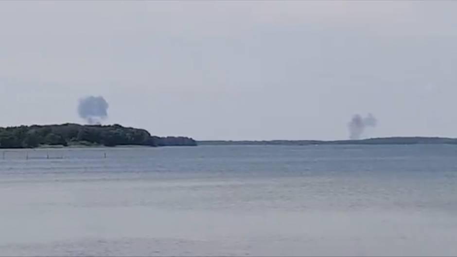Zwei Rauchwolken steigen hinter dem nördlichen Fleesensee auf