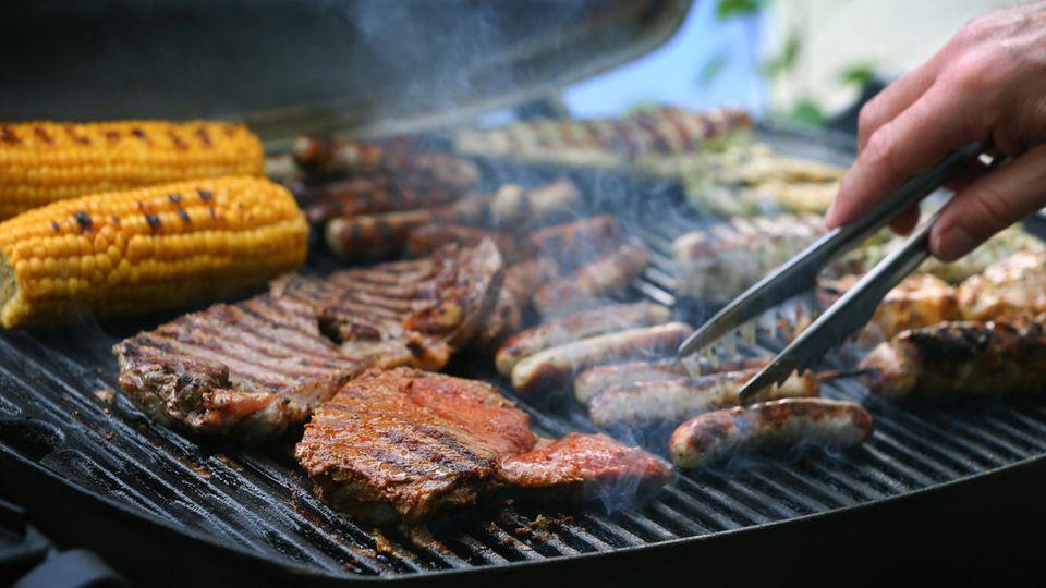 Was  tun, wenn beim Grillen mit Fleisch plötzlich Veganer vorbeikommen?