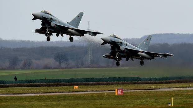 """Zwei Maschinen des Typs """"Eurofighter""""."""