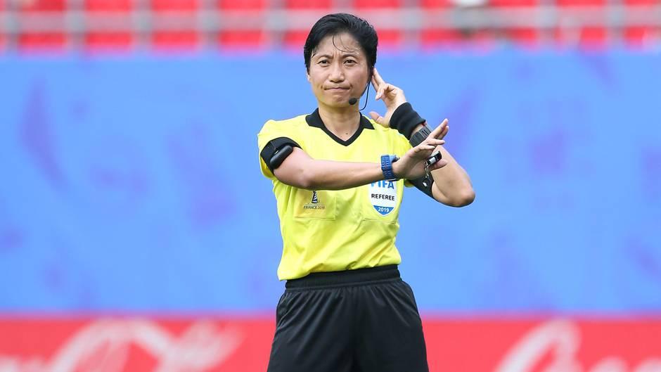 Schiedsrichterin Liang Qin aus China und ihre Assistentinnenmachten im Spiel zwischenEngland und Kamerun keine gute Figur